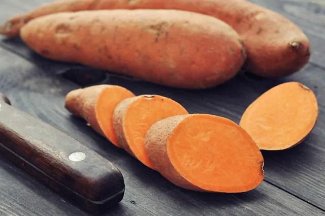 Entre os benefícios da batata doce está o auxilio na digestão dos alimentos