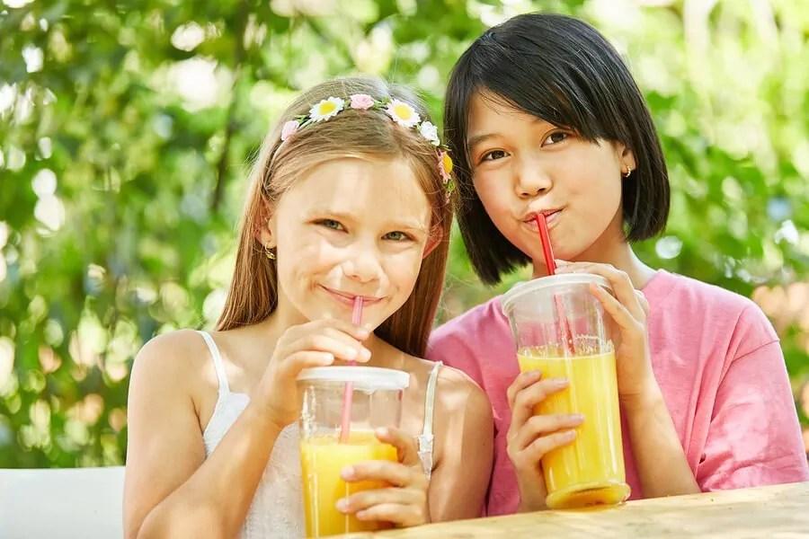 crianças e sucos de frutas