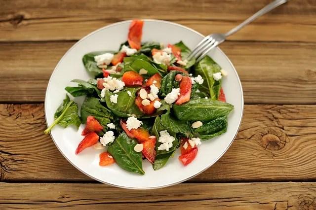 A salada feita com queijo cottage é rica em vitaminas do complexo B