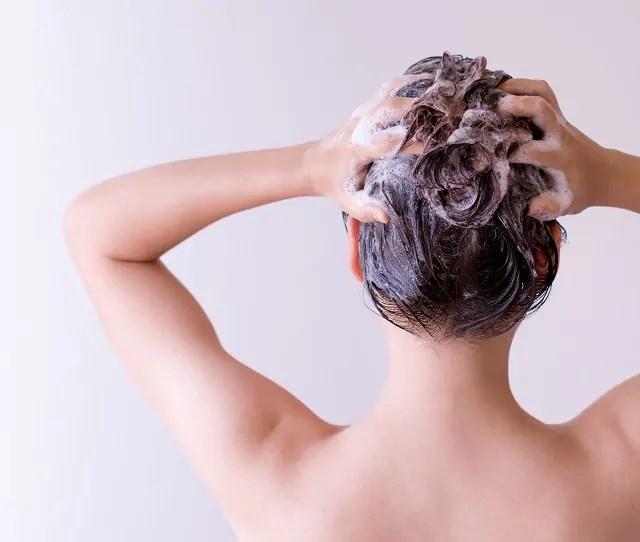 Misture o bicarbonato em uma porção de xampu e leve o cabelo durante o banho