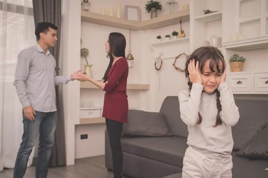 As discussões dos pais devem ocorrer longe dos filhos