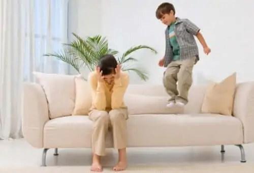 Crianças que se comportam pior com seus pais.
