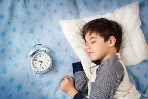 Crianças que vão dormir tarde possuem mais transtornos.