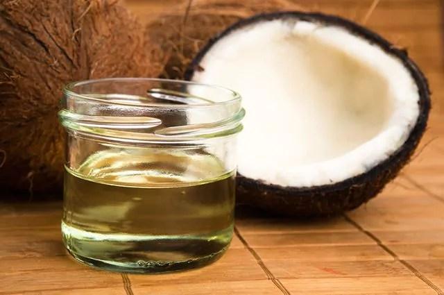 para-fazer-oleo-de-coco-em-casa-voce-vai-precisar-de-uma-garrafa-plastica-e-dois-cocos Os benefícios do óleo de coco para saúde