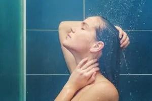 mulher-tomando-banho-300x200 Se você gosta de fazer xixi no chuveiro, precisa saber disso com urgência