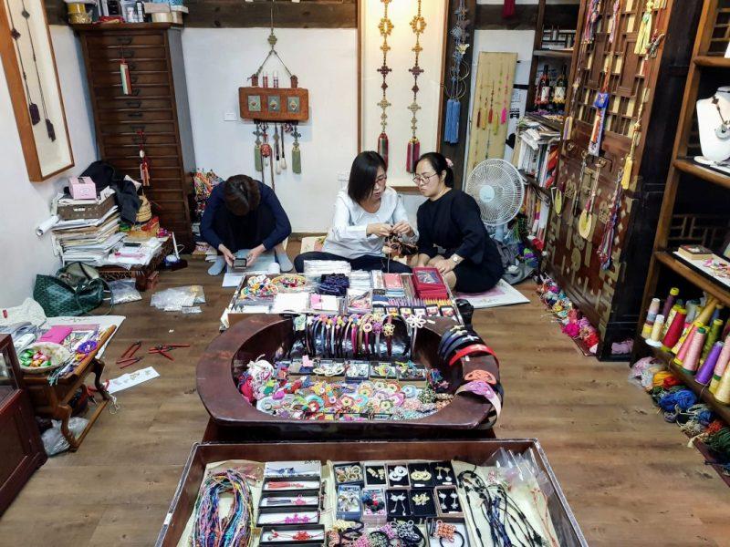 what to do in bukchon hanok village
