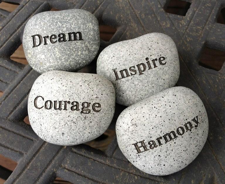 Pedras com palavras escritas