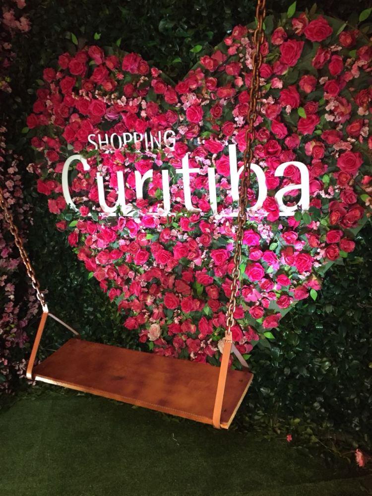 Shopping Curitiba monta espaço fotográfico para celebrar o Dia dos Namorados