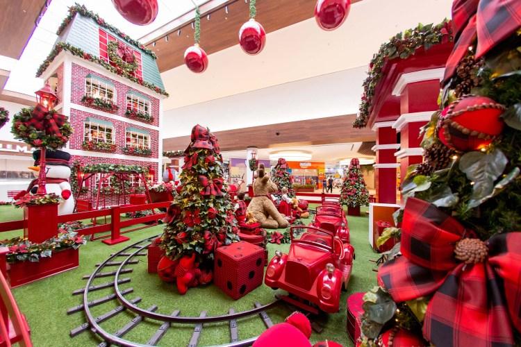 Decoração natalina do Shopping Mueller tem Casa do Papai Noel