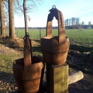 Oude houten emmer met hengsel