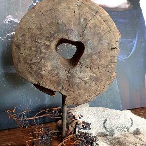 Oude houten katrol op voet - Benard's Woonaccessoires