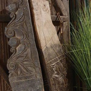 Oude ornamenten stukken hout bij Benard's Woonaccessoires