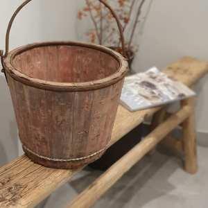 Oude Chinese houten emmer met ijzeren hengsel | Benard's Woonaccessoires
