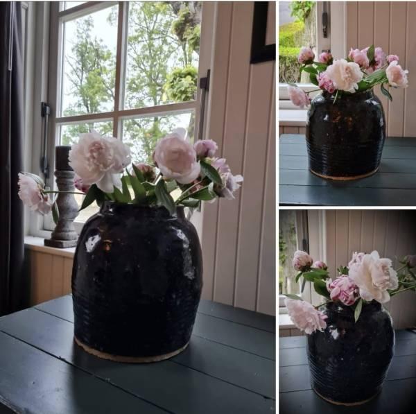 Glazuur pot zwart antiek voor in een landelijk interieur