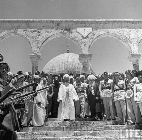 King Abdullah (C) and his party standing in front of the Dome of the Rock