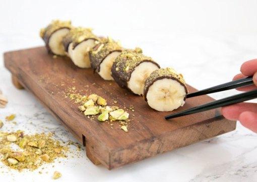 Sushi de plátano, chocolate y pistachos