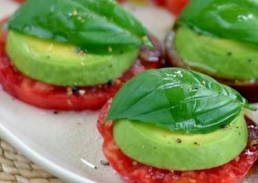 Ensalada de bocado con tomate, aguacate y albahaca fresca