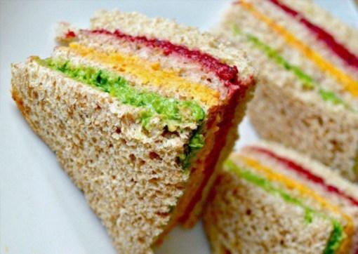 Sándwich de hummus tricolor