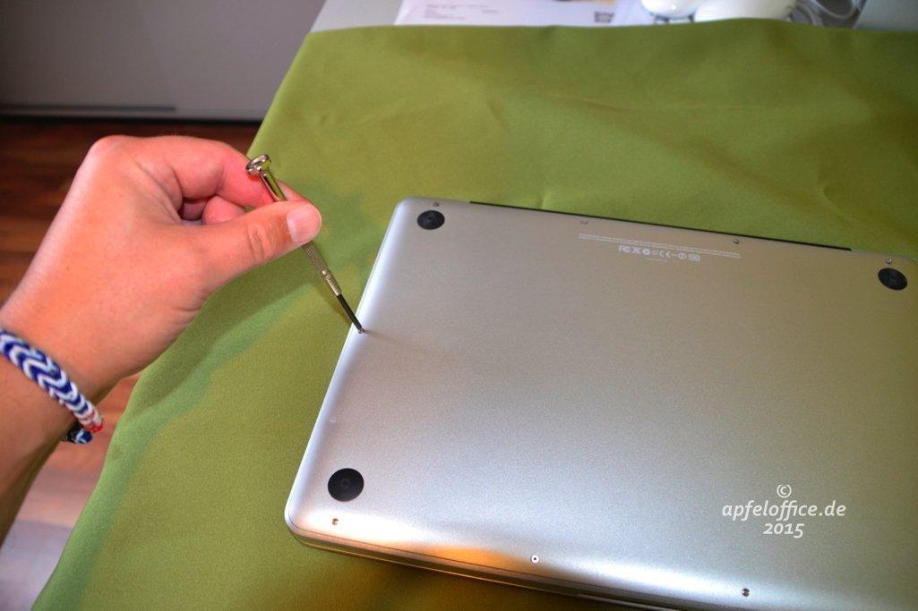 Schraubendreher etwas angewinkelt halten beim Öffnen des Macbook Pro