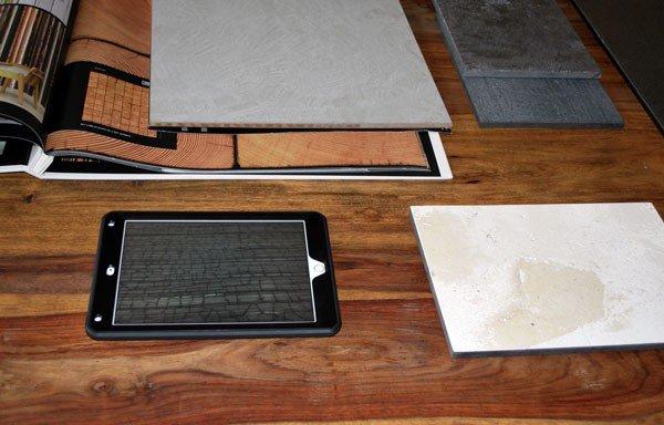 Das iPad auf dem Muster-Tisch hilft beim Aussuchen der richtigen Putze, Tapeten und Farben