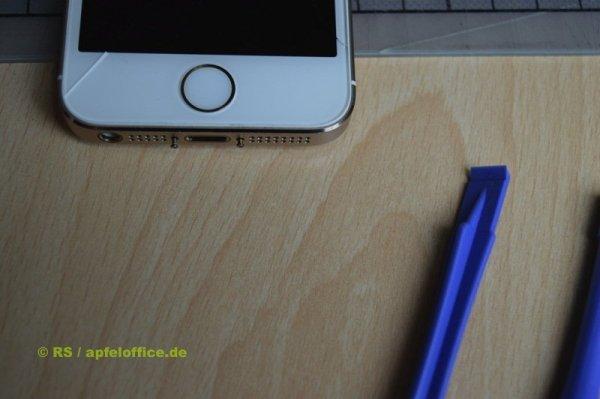 iPhone Gehäuse öffnen: Zwei Schrauben neben dem Lightning- bzw. Dock-Anschluss entfernen