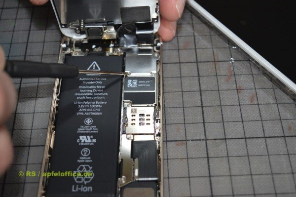 Abdeckung der Display-Stecker im iPhone abschrauben