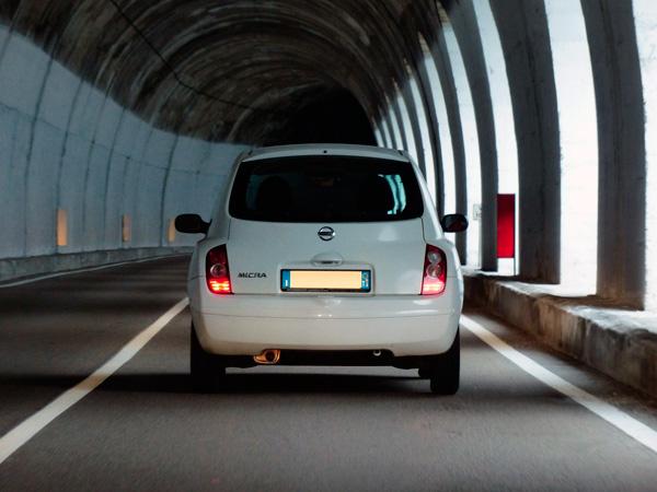 Bild zeigt Auto von hinten – Thema Buchhaltung am Mac – Fahrtkosten