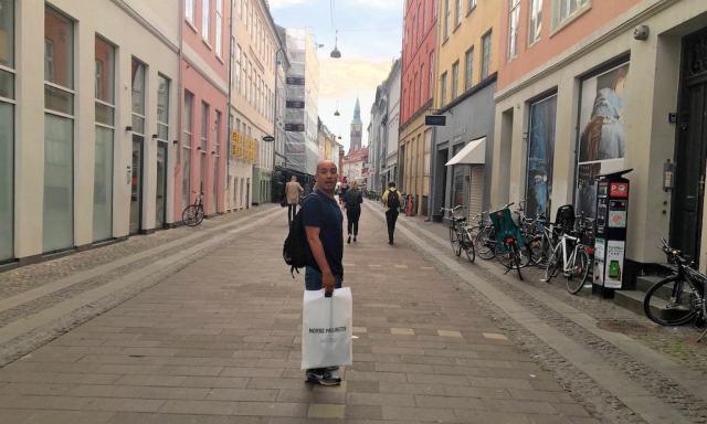 Ein Mann mit einer Einkaufstüte von Norse Projects in Kopenhagen