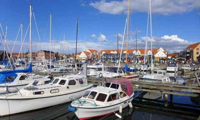 Viele kleine Yachten und Schiffe im Hafen von Hundested.  Ein tolles Ausflugsziel in Nordseeland