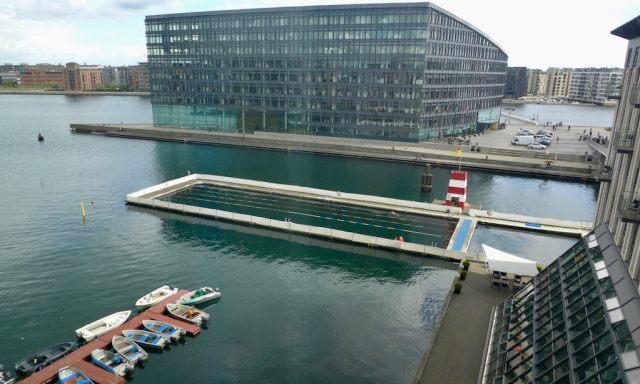 Blick auf das Hafenbecken von Kopenhagen aus dem Hotel Copenhagen Island