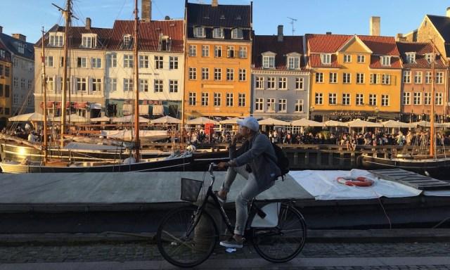 Abendstimmung: Mann mit dem Fahrrad am Nyhavn