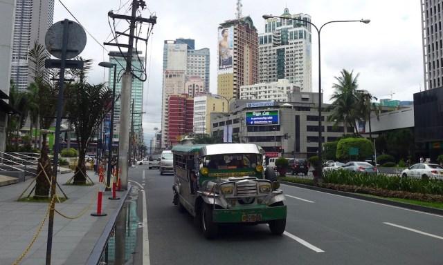Jeepney in den Straßen von Makati in Manila