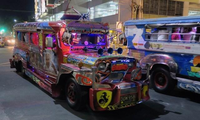 Ein buntes Jeepney abends in den Straßen Manilas