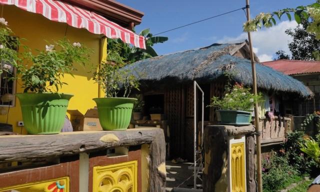 Philippinische Hütte hinter einem Haus
