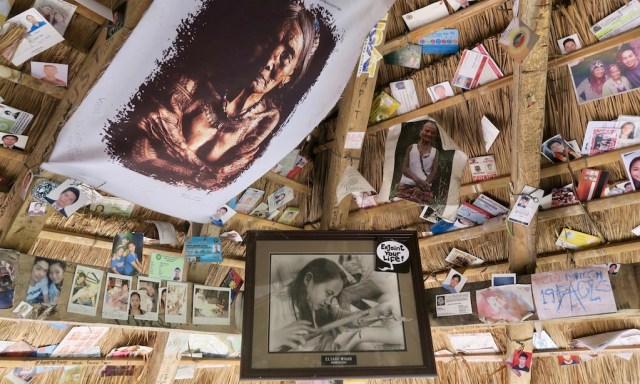 Tattoo-Hütte von Apo Whang Od von innen. Es hängen viele Widmungen, Fotos, Bilder an der Decke.