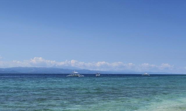 2 Bangkas auf dem Meer, im Hintergrund die Insel Negros