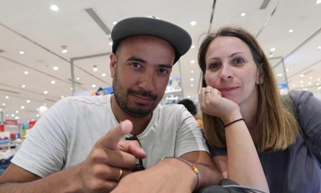 Deutsches Paar im The SM Store macht ein Selfie