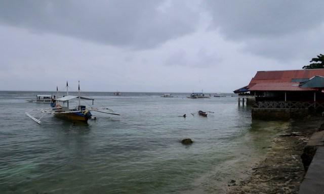 A Rainy Day am Panagsama Beach, rechts ist die Chili Bar und ein Bangka im Wasser