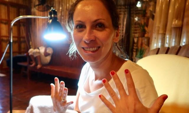 """Die Maus zeigt ihre Finger nach der Pediküre im """"Moalboal Spa & Massage"""""""