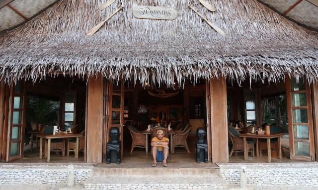 Reisgötter und Bendja, der sich zwischen zwei Reisgöttern sitzt und deren Pose nachahmt