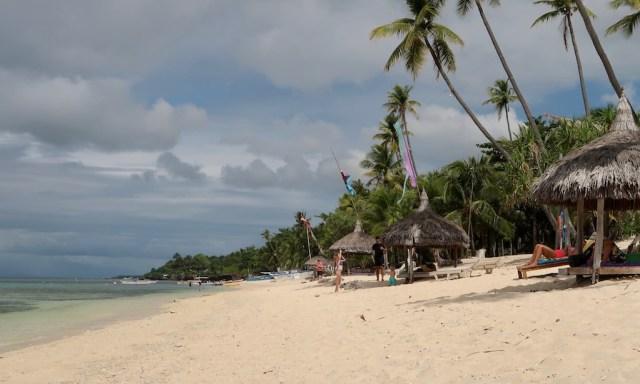 Der lange Strand von Tubod Beach beim Coco Grove Beach Resort