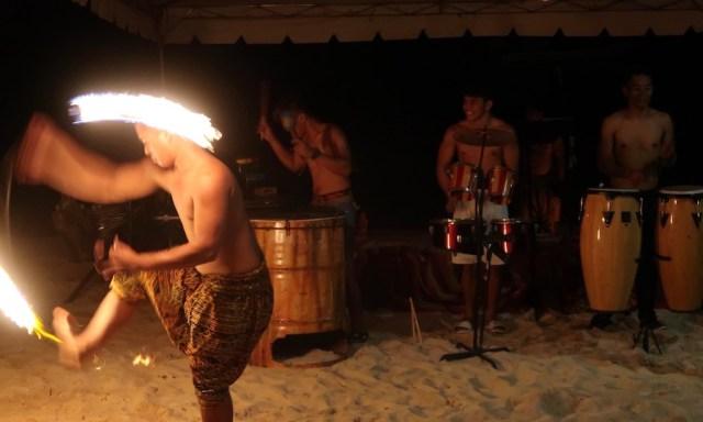 Feuertänzer und Trommler beim BBQ des Coco Grove Beach Resort in Siquijor