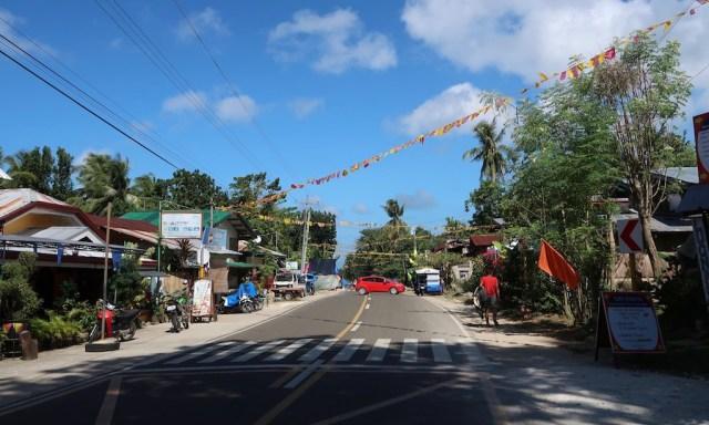 Tubod ist mit Wimpeln und Fähnchen geschmückt für die Fiesta