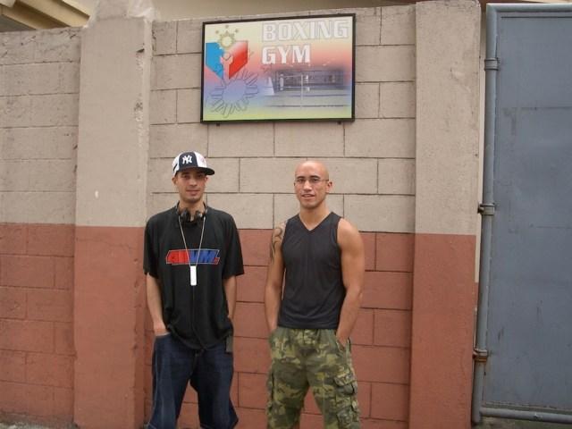 Dehling Brüder vor dem Boxing Gym im Rizal Sports Complex in Manila