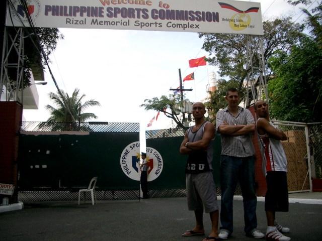 2 Philippinos und 1 Engländer vor der Philippine Sports Commission