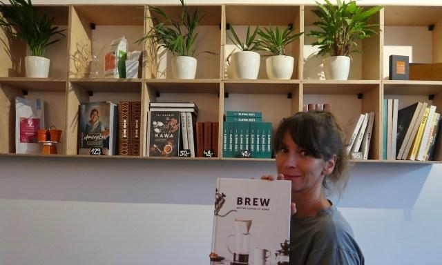 Maus im Coffeedesk am Bücherregal