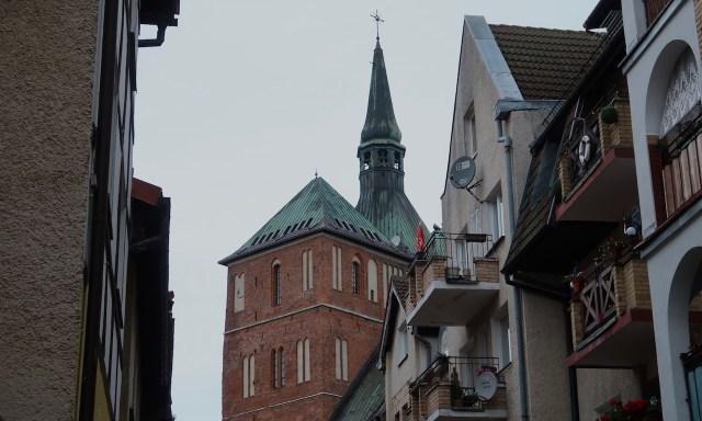 Der Kolberger Dom durch die Straßen fotografiert