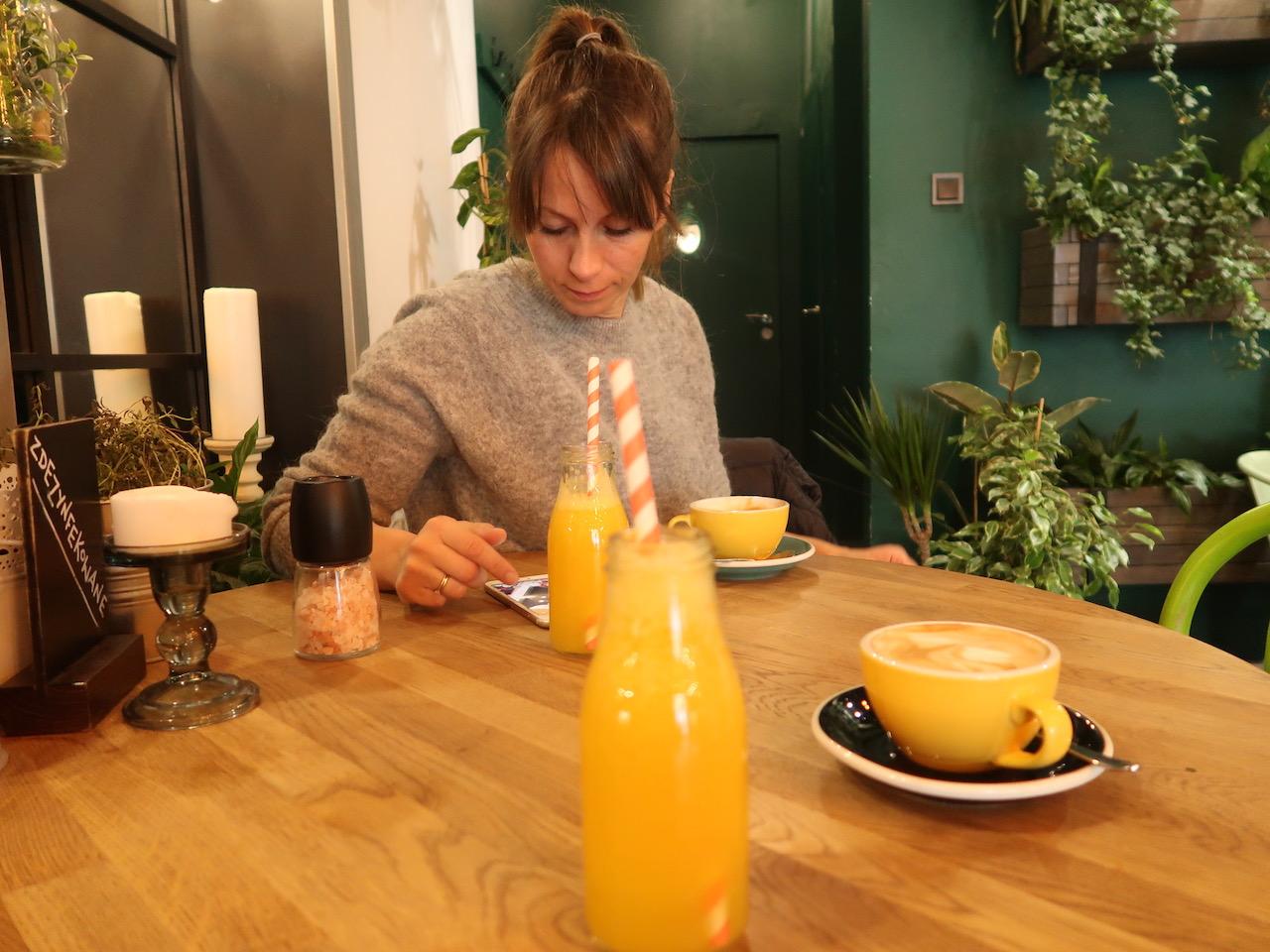 Die Maus im Cafe Grin am Handy, O Saft und Cappuccini wurden serviert