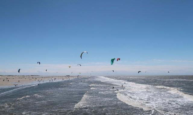 Kite-Surfer am Strand von SPO bei himmelblauen Wetter