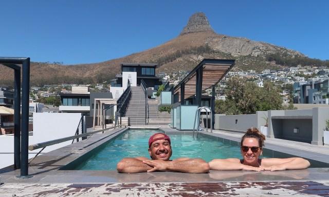 Bendja und die Maus im Pool auf der Dachterrasse vom Sun-Kissed Duplex in the Heart of Sea Point. Im Hintegrund der Lions Head